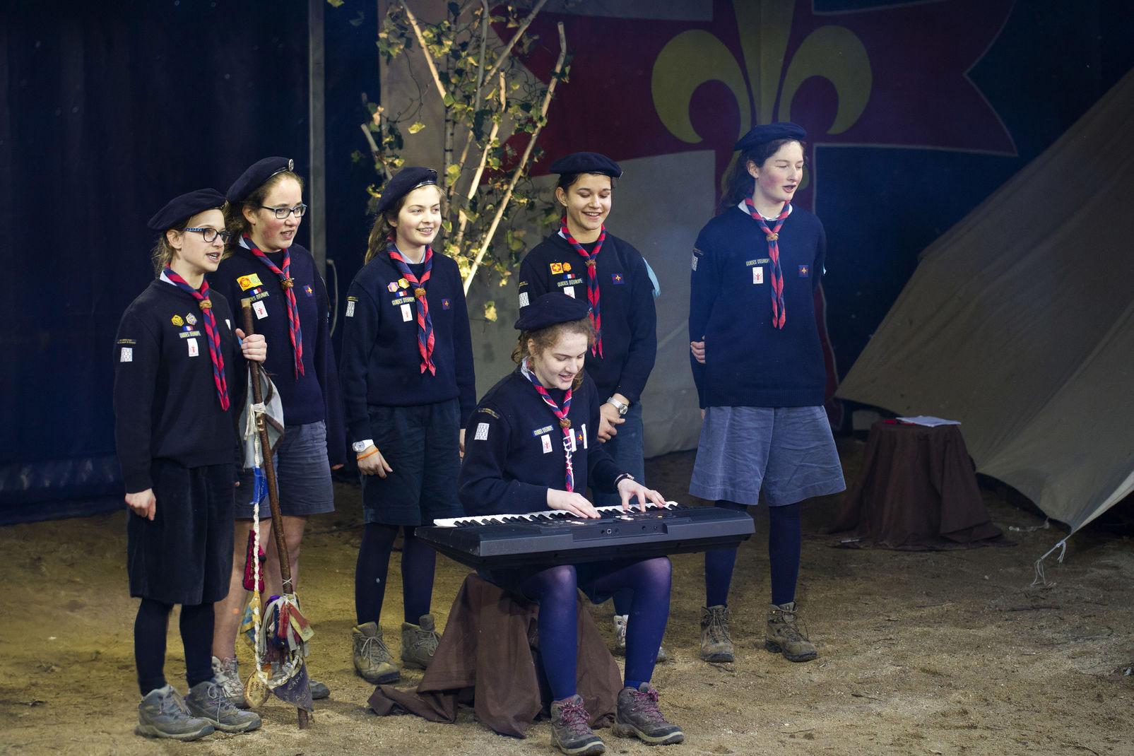 La patrouille des guides de la 4ème Rennes lors du concours chant des guides et scouts d'Europe